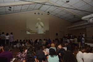 Com a sala lotada, muitas pessoas assistiram à palestra pelo telão
