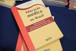 Após a palestra, houve o lançamento do livro no estande da Edufal